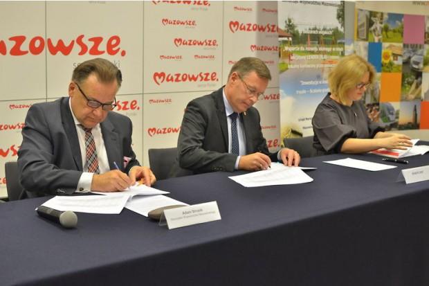 Umowy na dofinansowanie inwestycji podpisali marszałek Adam Struzik oraz beneficjenci. (fot.mazvia.pl)
