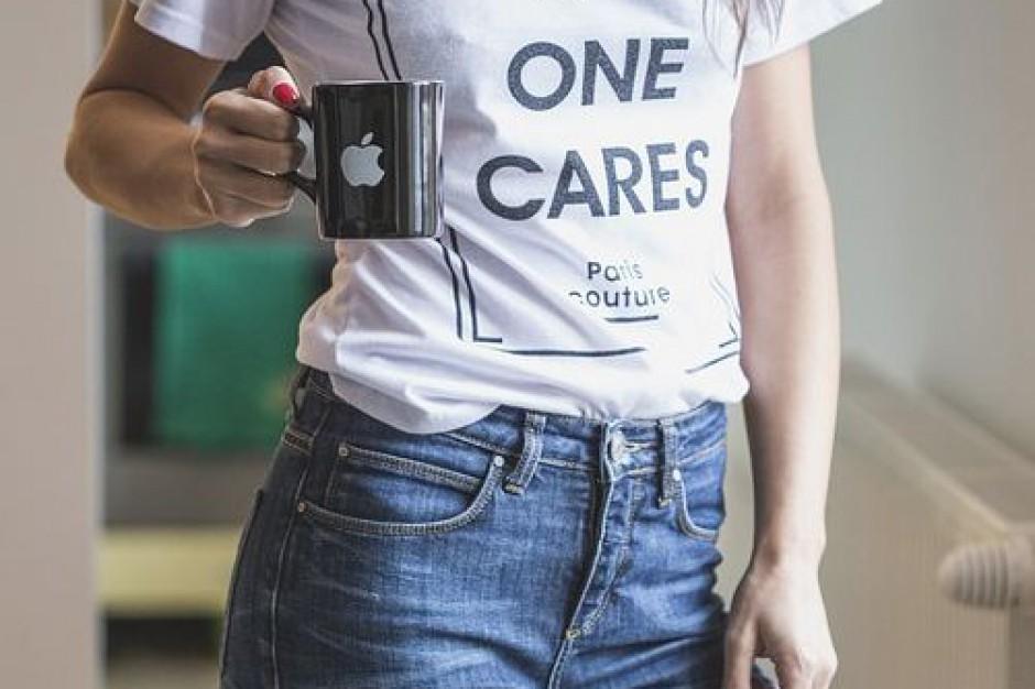 Dżinsy i t-shirty nie dla urzędników?