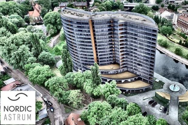 Teren wokół budynku ma zostać zagospodarowany zielenią. Inwestor zamierza zadbać o przebudowę odcinka bulwaru, przy którym planuje zbudować fontannę i amfiteatr (fot.mat.prasowe)