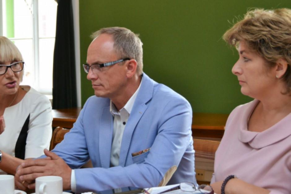Burmistrz i zespół pracowali nad stworzeniem modelu sieci szkół (fot.polkowice.eu)
