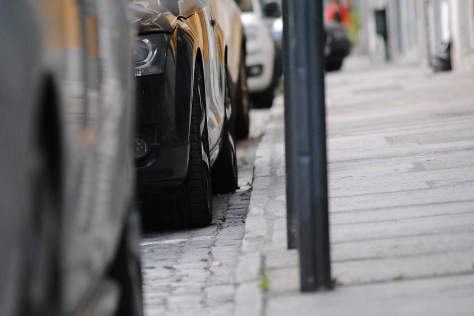 W Krakowie protest mieszkańców przeciw  likwidacji miejsc parkingowych