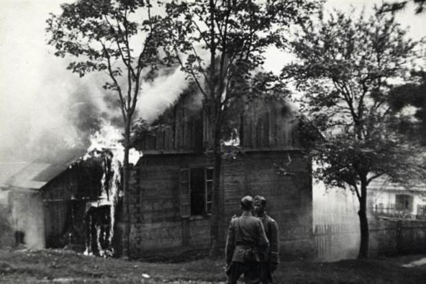 Niemieccy oficerowie przy zabudowaniach pacyfikowanej wsi Michniów, źródło: wikipedia.org/domena publiczna