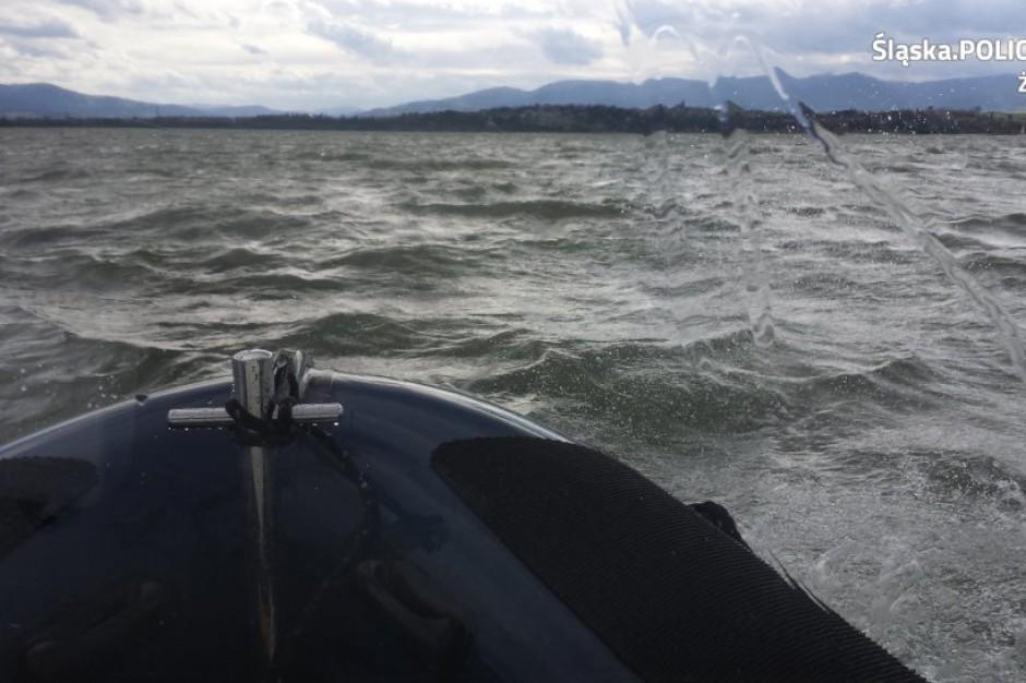 Silny wiatr w Beskidach: Policjanci ściągali łodzie z Jeziora Żywieckiego