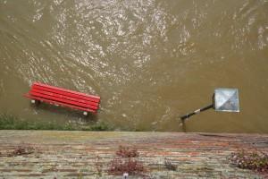 Zalane budynki i przekroczone stany alarmowe po opadach deszczu