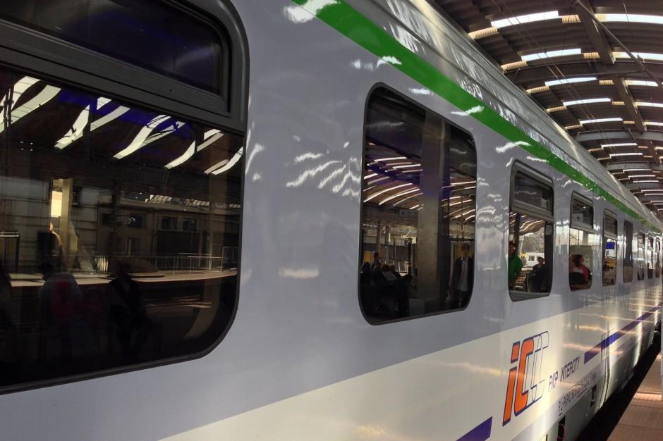 Pociąg zatrzymany w Warszawie; podróżny zaniepokojony stanem zdrowia współpasażerów