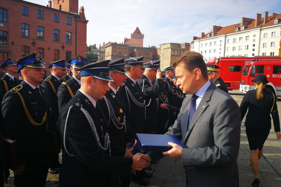 Mariusz Błaszczak podziękował strażakom po nawałnicach. Dodał, że samorządy wypłacają środki poszkodowanym
