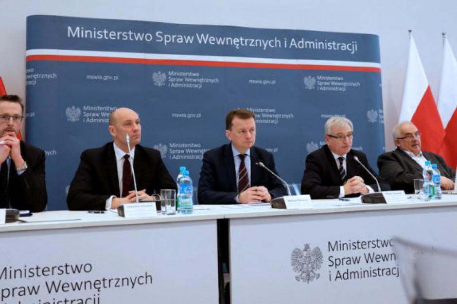 PiS kuchennymi drzwiami zmienia organizację samorządu w Polsce?