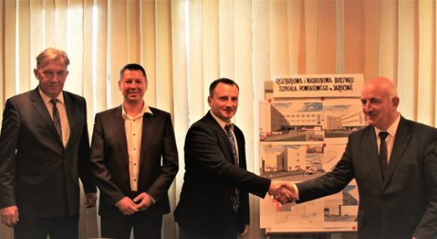 Podpisanie umowy z HELI FACTOR (fot.: powiat-jarocinski.pl)