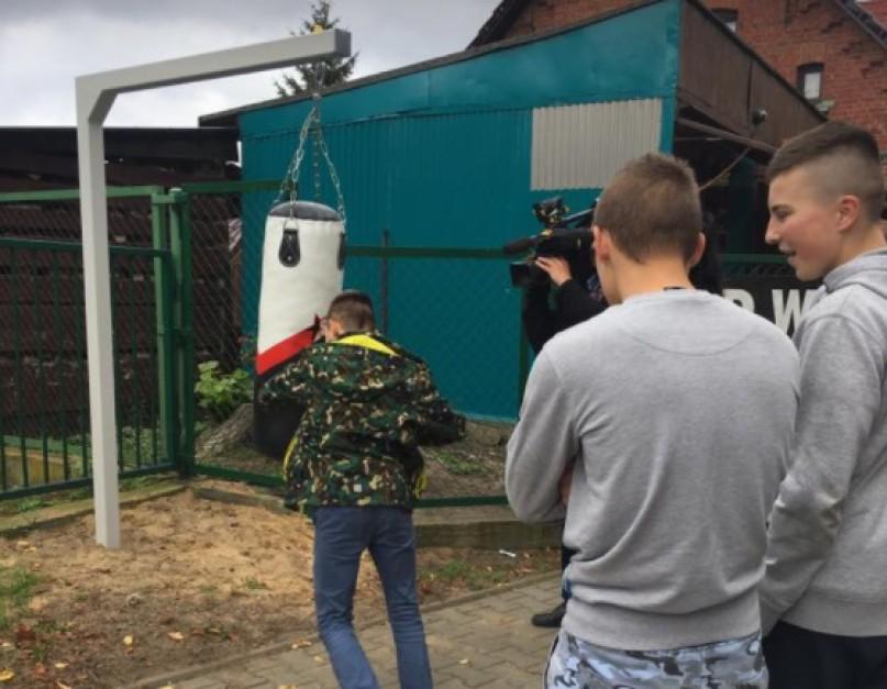 Worek treningowy w Trzebieży szybko zwrócił uwagę mieszkańców, ale też mediów. (fot. Sołtys Trzebież, Facebook)