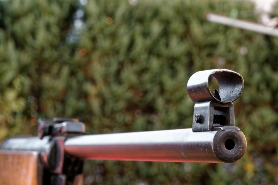 Łódzkie: Dwóch nastolatków strzelało z wiatrówki. Trafili w szybę jadącego autobusu