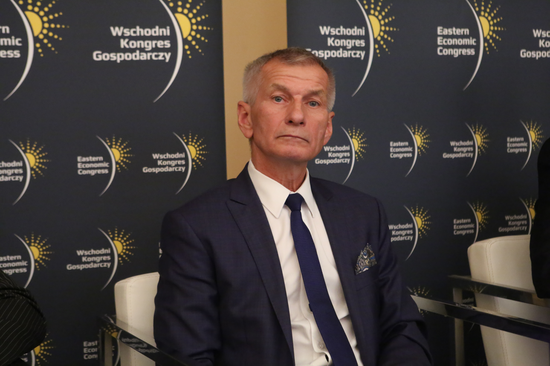Czesław Najmowicz wyjaśnia, że miasto ma bogatą infrastrukturę, stadiony, tory wodne, bazę hotelową, wspaniałe warunki do życia. Fot. PTWP