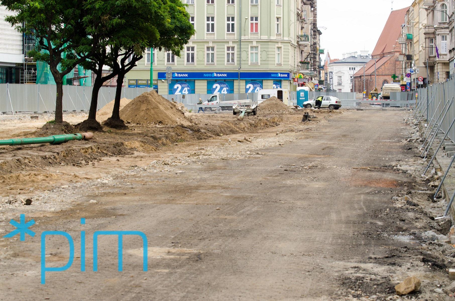 Pas zieleni na ul. Św. Marcin musiał zostać usunięty, ponieważ docelowo w tym miejscu poprowadzone zostanie torowisko tramwajowe, które musi zostać przesunięte na północ (fot.poznan.pl)