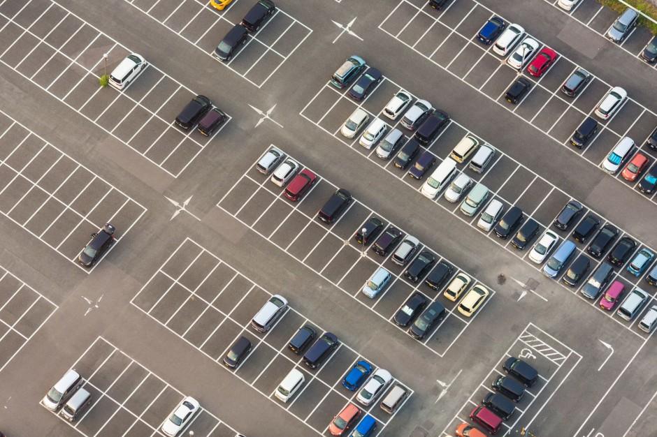 Parking, korki uliczne: Nadmiar aut to wyzwanie dla miejskiej przestrzeni