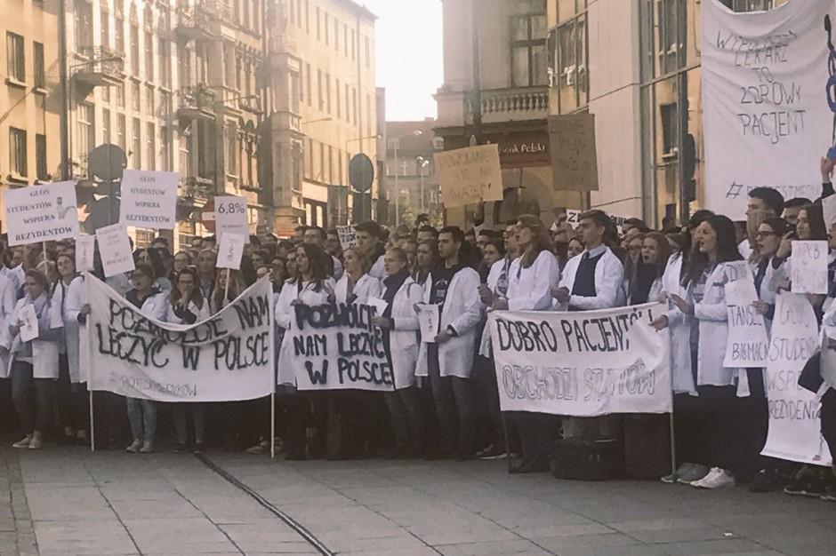 W Katowicach i Białymstoku demonstracje studentów wspierające lekarzy rezydentów