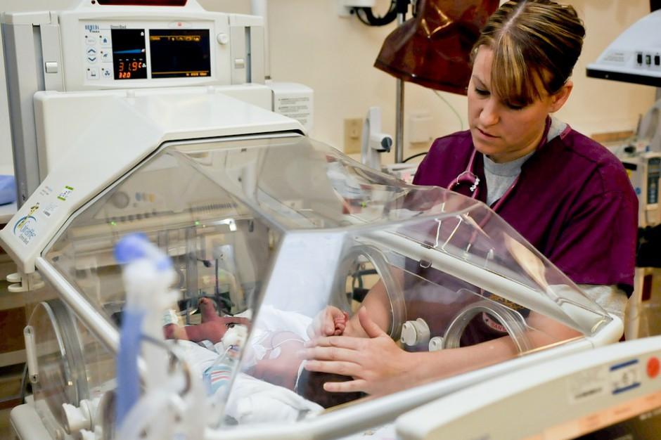 Opieka zdrowotna, dzieci: zbyt mało pielęgniarek i położnych