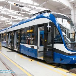 W sierpniu przetarg na dostawę 50 tramwajów rozstrzygnęło krakowskie MPK. Spółka wybrała ofertę bydgoskiej Pesy, choć wcześniej wykluczyła ją z postępowania, uzasadniając to opóźnieniami, jakie Pesa miała przy realizacji poprzedniego przetargu na dostawę tramwajów dla Krakowa. Producent rzecz jasna nie zgodził się z taką decyzją i skierował sprawę do Krajowej Izby Odwoławczej, a ta nakazała przywrócić go do udziału w przetargu (podobne stanowisko zajął też sąd okręgowy). Cała dostawa ma zostać zrealizowana do końca października 2023 roku. Wartość zamówienia to ponad 427 mln zł. Fot. mat. MPK Kraków