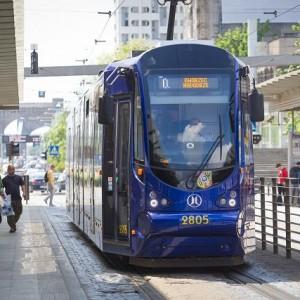 Ogromne emocje towarzyszyły rozstrzygnięciu przetargu na dostawę 40 tramwajów dla MPK Wrocław. O zlecenie walczyły bydgoska Pesa i poznański Modertrans. Oferta tego drugiego producenta była wyraźnie tańsza (176 mln zł brutto, konkurent chciał 324,5 mln zł) i to ona właśnie została w sierpniu wybrana przez wrocławskiego przewoźnika. Wybór ten wzbudził sporo zarzutów ze strony miejskich aktywistów, którzy narzekali na fakt, że zaproponowane przez Modertrans tramwaje mają zaledwie 27 proc. niskiej podłogi. Fot. mat. MPK Wrocław