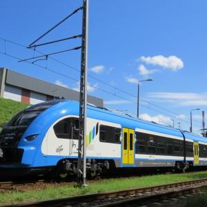 We wrześniu Koleje Śląskie odebrały pierwszy z 19 zamówionych w Pesie pociągów z rodziny Elf (wśród nich mają być pojazdy dwu-, trzy- i czteroczłonowe). Całość zamówienia będzie kosztować samorząd województwa śląskiego oraz Koleje Śląskie ponad 230 mln zł netto (kontrakt może być rozszerzony o dwa dodatkowe pojazdy). W tym roku przewoźnik ma odebrać 9 pojazdów, reszta pociągów ma dotrzeć do niego w przyszłym roku. Fot. Śląski Urząd Marszałkowski / Tomasz Żak