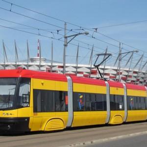 Mieszkańcy stolicy Polski wciąż czekają na rozstrzygnięcie przetargu na dostawę 213 nowych pojazdów dla Tramwajów Warszawskich. W sierpniu co prawda spółka wybrała ofertę firmy Skoda Transportation, lecz jako że oferta ta przekraczała przeznaczony na ten zakup budżet, postępowanie zostało unieważnione. Firma odwołała się od tej decyzji do Krajowej Izby Odwoławczej, która wciąż jeszcze analizuje sprawę. W sumie do przetargu zgłosiło się pięciu chętnych – poza Skodą swoje oferty nadesłały: Hyundai, PESA Bydgoszcz, Alstom i konsorcjum Solarisa ze Stadlerem (dwie ostatnie propozycje zostały odrzucone przez komisję przetargową). To nie pierwszy duży przetarg na dostawę tramwajów do stolicy. W poprzednim, który rozstrzygnięto w roku 2009, a który opiewał na prawie 1,5 mld zł, zwycięzcą okazała się Pesa. Producent ten dostarczył do Warszawy 186 niskopodłogowych tramwajów typu Swing, co pozwoliło wycofać z użytku znaczną część wysłużonych pojazdów typu Konstal 105Na (w roku 2013 Warszawa podpisała z Pesą kolejną umowę, tym razem na dostawę 45 tramwajów z rodziny Jazz). Fot. mat. ZTM Warszawa (tramwaj typu Swing)