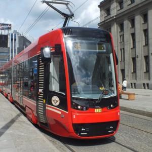 """Nadal nie ma rozstrzygnięcia również w dwóch przetargach ogłoszonych przez Tramwaje Śląskie. Spółka w sumie planuje kupić 45 jedno- i wieloczłonowych pojazdów (z opcją zwiększenia zamówienia o dodatkowe 10 wozów). W przetargu na dostawę tramwajów wieloczłonowych swoje oferty złożyły: PESA Bydgoszcz (271 mln zł brutto) oraz konsorcjum firm Solaris Tram i Stadler Polska (280, 1 mln zł brutto). Z kolei do przetargu na pojazdy jednoczłonowe oferty nadesłały: Modertrans Poznań (35,3 mln zł brutto) i Fabryka Pojazdów Szynowych H. Cegielski z Poznania (45 mln zł). Obecnie trwa analiza ofert. Przedstawiciele TŚ oceniają, że decyzja o wyborze oferenta powinna zostać przedstawiona w listopadzie. Fot. mat. Tramwaje Śląskie (tramwaj typu """"Twist"""" na ulicy Katowic)"""
