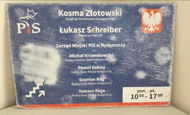 Zerwana tablica z biura poselskiego. Winny prezydent Bydgoszczy?