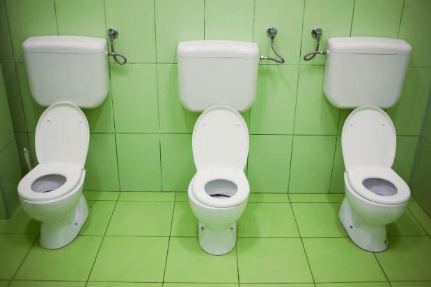 W szkolnych toaletach śmierdzi i brakuje papieru