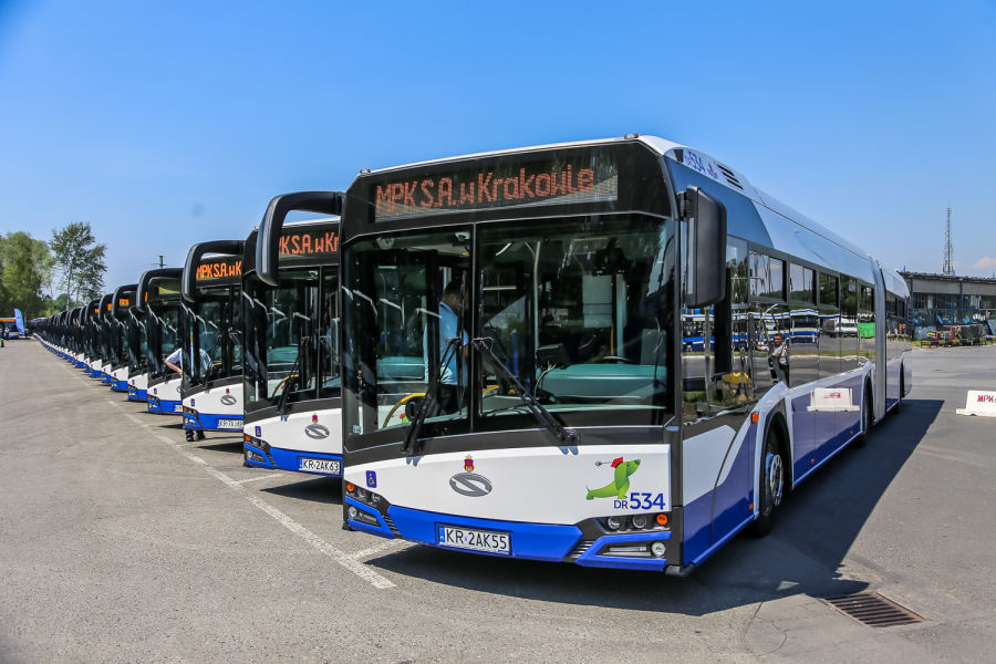 Kraków w ramach leasingu finansowego wzbogacił się o 38 autobusów przegubowych z silnikami Euro 6. Koszt inwestycji to 75 mln zł, a więc blisko 2 mln zł za autobus. (fot. krakow.pl / Bogusław Świerzowski).