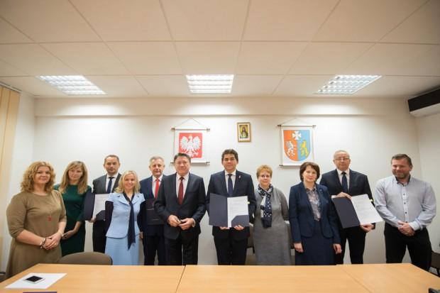 Podpisanie umów na finansowanie targowisk (fot.umwp)
