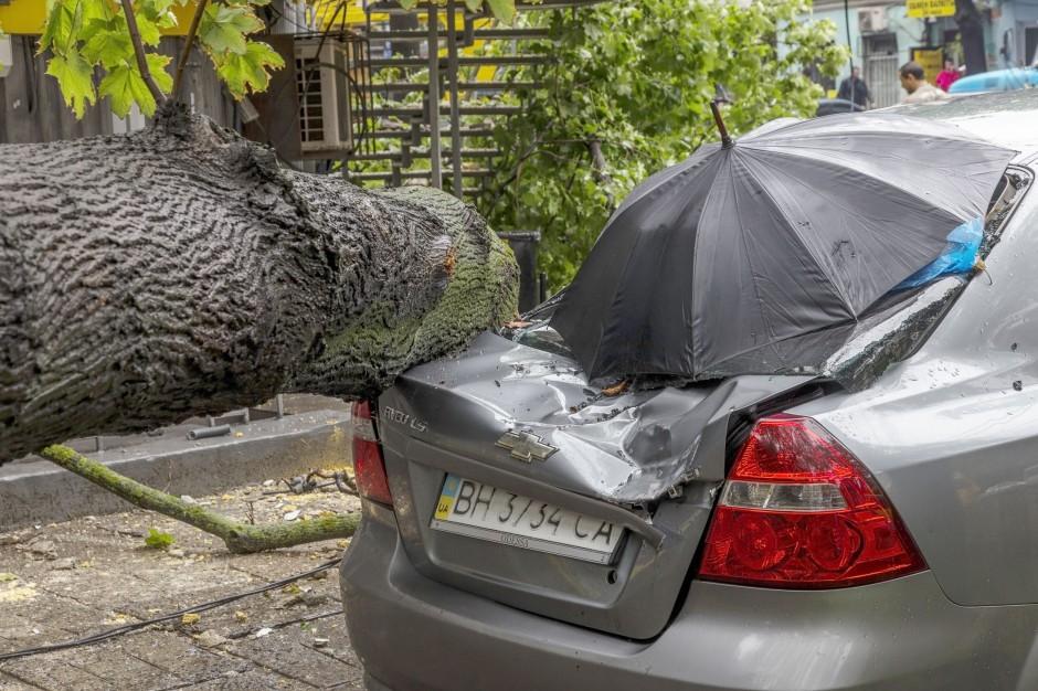 Wichury, podkarpackie: Połamane drzewa, zerwane dachy i zalane piwnice