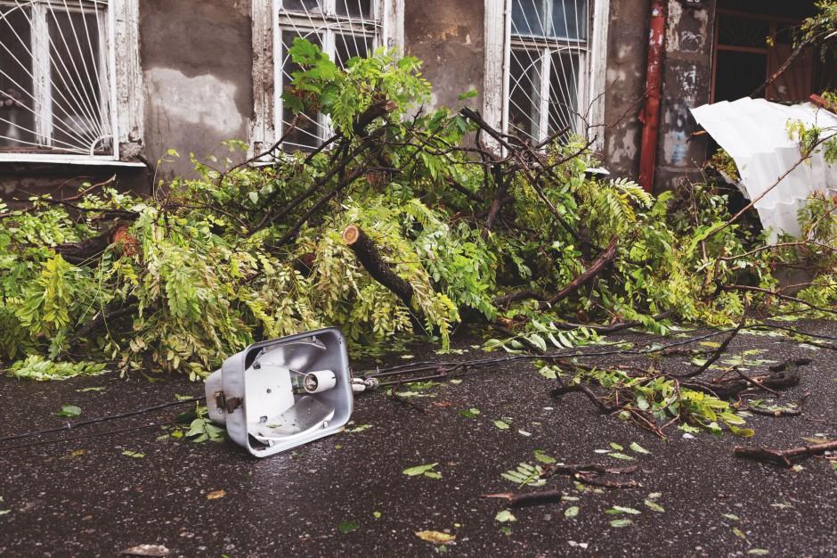 Wichury, śląsk: Uszkodzone dachy i zerwane trakcje. W Mysłowicach runął komin