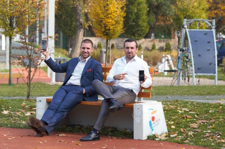 Warszawa, inteligentne ławki: Można skorzystać z internetu i podładować telefon