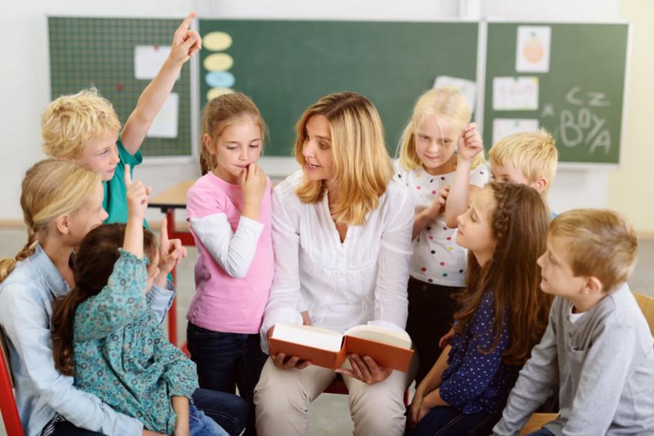 Szkół mniej, nauczycieli więcej