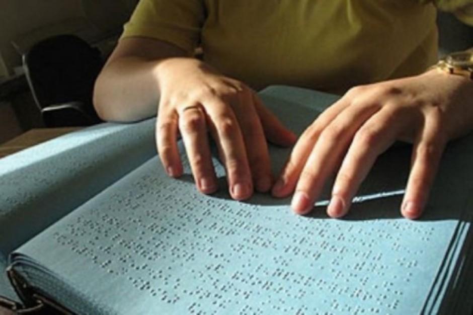 Niewidomych i słabowidzący: Warszawa i Legnica wspierają osoby niewidome