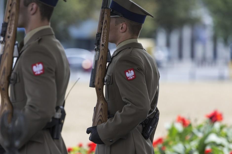 Warta przed Grobem Nieznanego Żołnierza wyłącznie z polską bronią