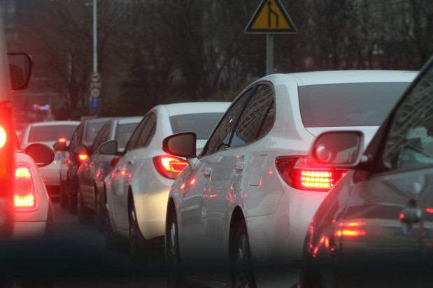 Samorządy potrzebują wsparcia, by poradzić sobie z rosnącą liczbą samochodów