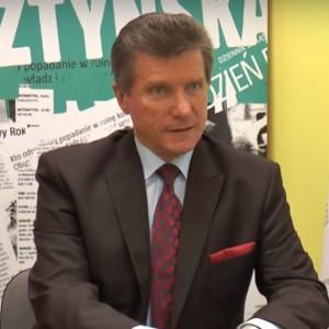 Czesław Małkowski został odwołany z funkcji prezydenta Olsztyna w listopadzie 2008 roku. Za takim rozwiązaniem głosowało 24,8 tys. osób spośród 43,6 tys., którzy wzięli udział w referendum (przeciwko odwołaniu było 18,3 tys. głosujących). Decyzję o referendum podjęła rada miasta po tym, jak oskarżony o molestowanie urzędniczek i gwałt na jednej z nich prezydent powiadomił radnych, że nie czuje się winny i nie zamierza samemu ustępować ze stanowiska. Po odwołaniu Małkowski dwukrotnie bez powodzenia startował w wyborach prezydenckich w Olsztynie. Fot. youtube.com