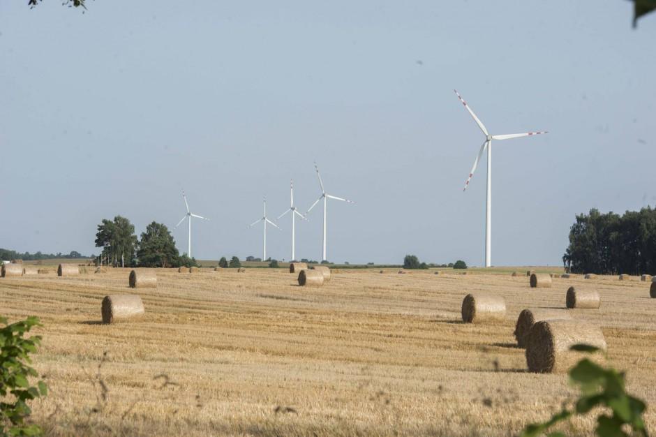 OZE: W małych gminach pytają: komu te wiatraki przeszkadzały?
