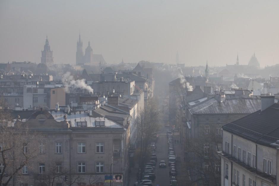 Smog w Krakowie: Władze miasta zalecają nie opuszczać domu