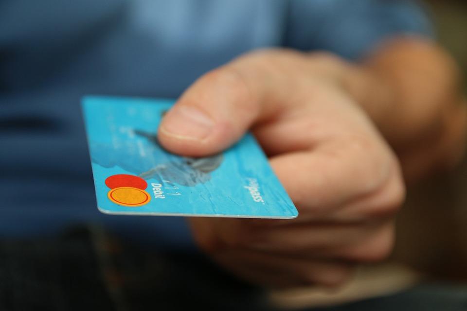 Liczba urzędów akceptujących płatności kartą lub telefonem stale rośnie. (fot. pixabay)