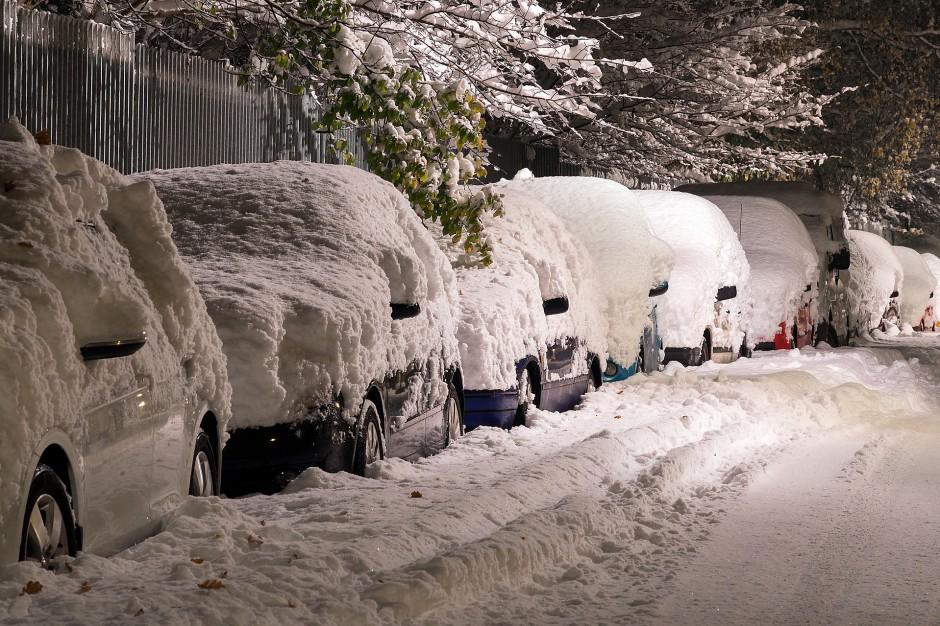 Śląsk: Kolizje drogowe i wstrzymany ruch pociągów po opadach śniegu