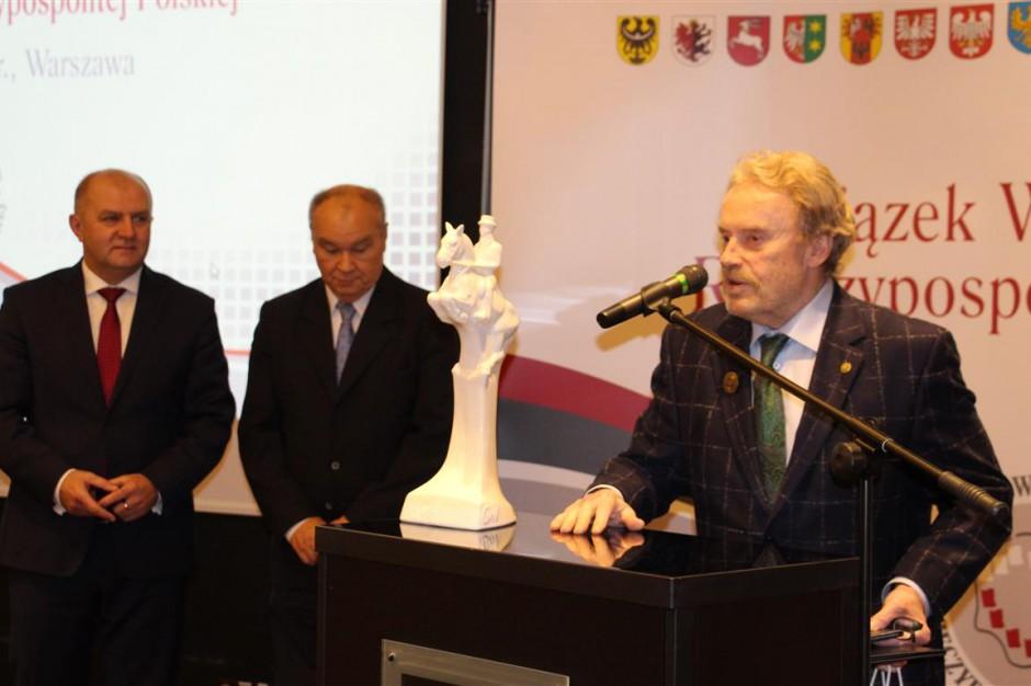 Daniel Olbrychski ze specjalną odznaką od samorządu