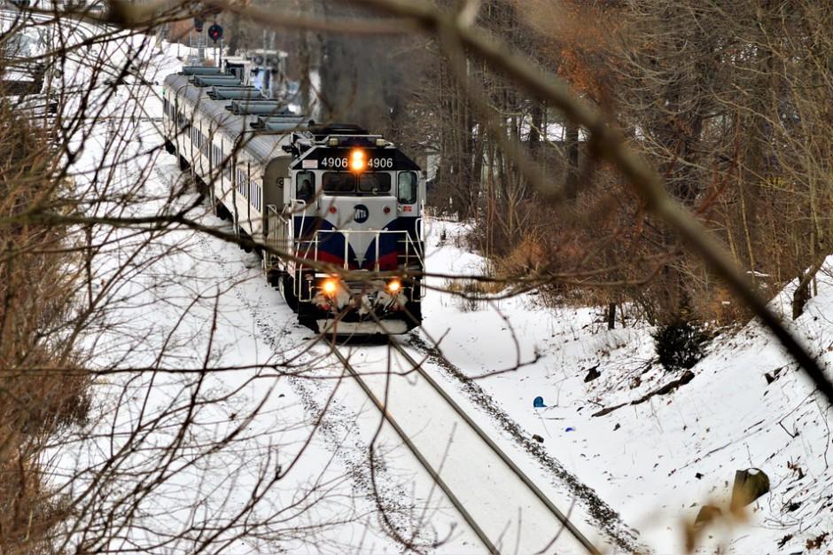Śląskie: Braki prądu, utrudnienia na drogach i kolei