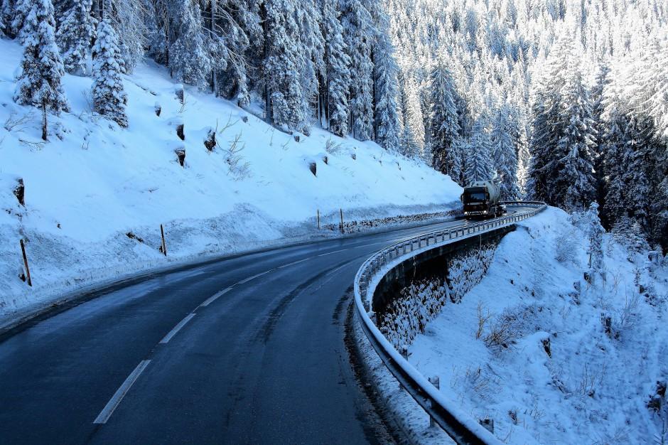 Podkarpackie: Utrudnienia na drogach i zagrożenie lawinowe po opadach śniegu