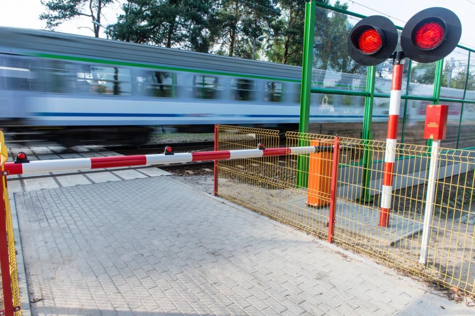 Koszalin. Pociąg PKP Intercity otarł się o samochód na przejeździe kolejowym