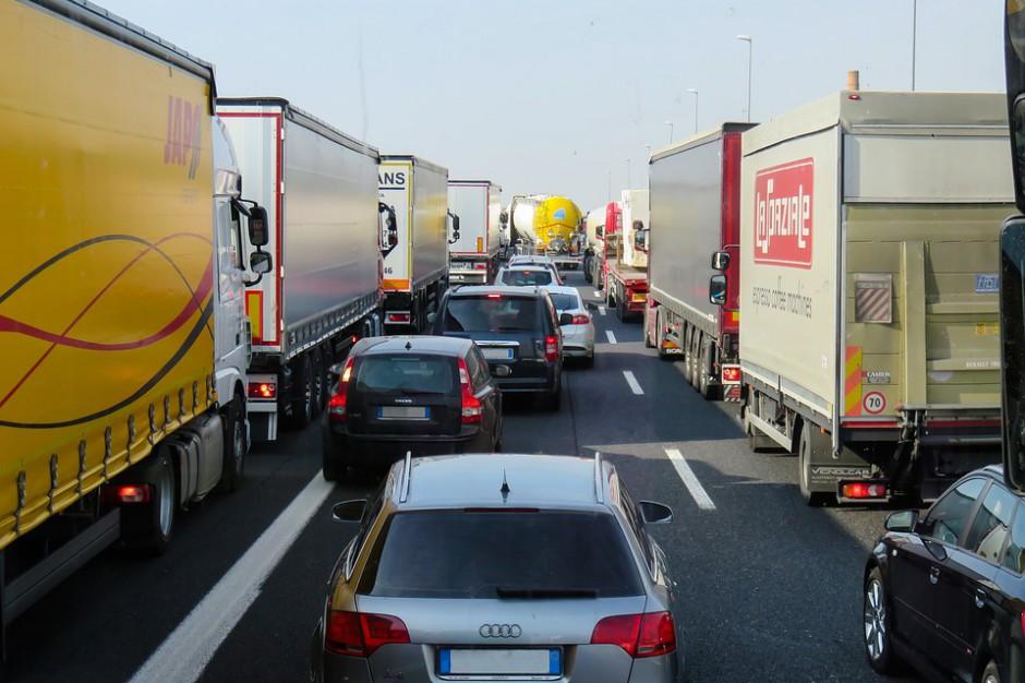 Kujawsko-pomorskie: Ciężarówka z butlami z gazem wylądowała w rowie, utrudnienia na DK 5