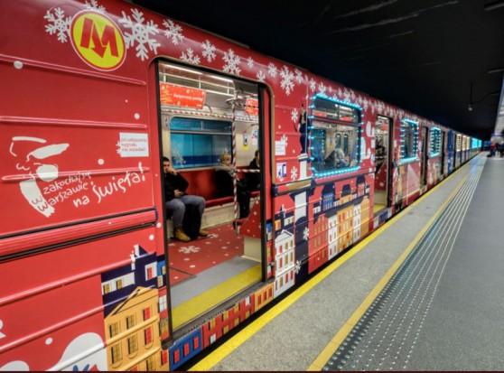 Warszawa: Do pracy w świątecznym klimacie. Ruszył specjalny pociąg metra