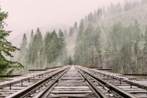 Brak prądu i utrudnienia na kolei przez silny wiatr