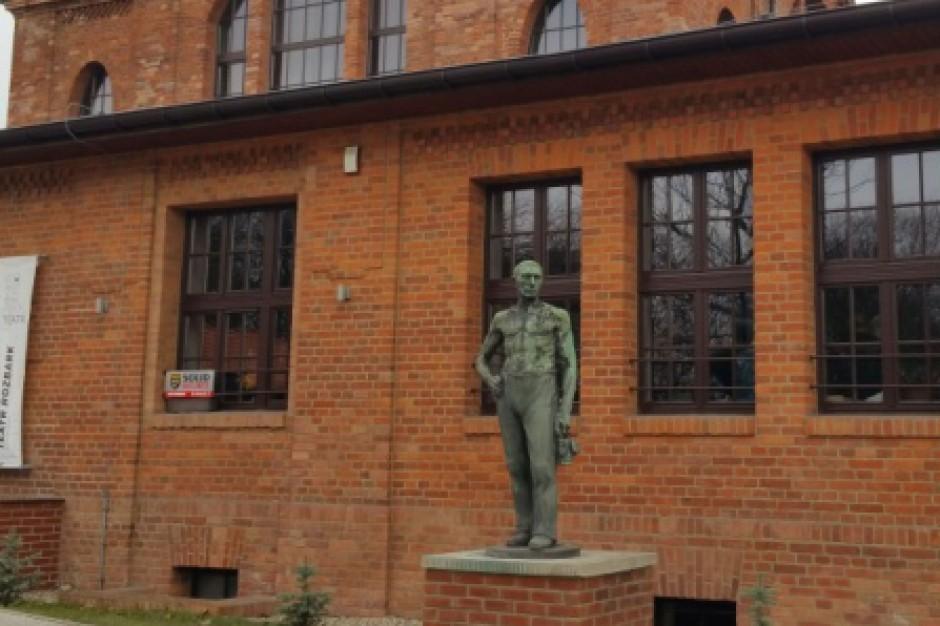 Bytom: Rzeźba górnika – symbol kopalni – teraz przy teatrze tańca