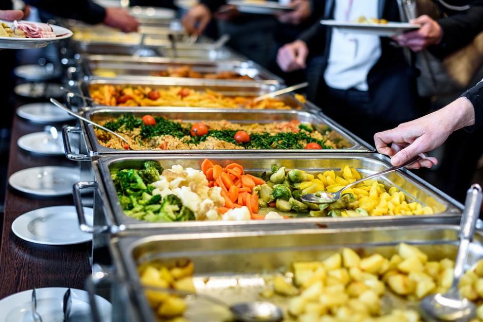 Gmina zapewnia posiłki w szkolnych stołówkach? VAT i tak musi zapłacić