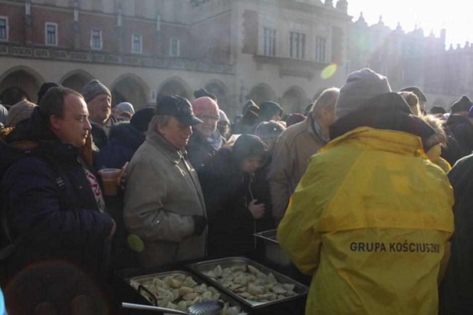 Tłumy bezdomnych i potrzebujących na wigilii na krakowskim Rynku